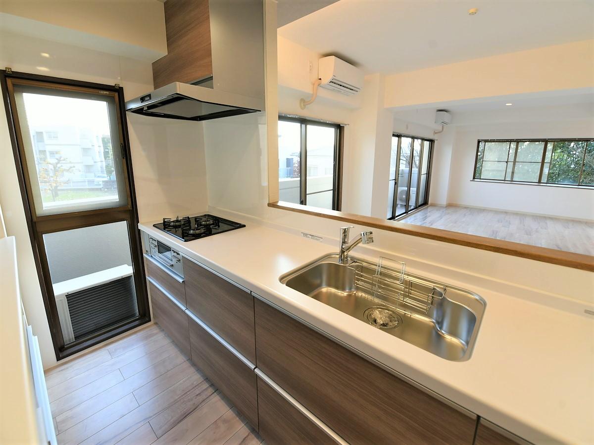 広いリビングが見渡せる対面式キッチン